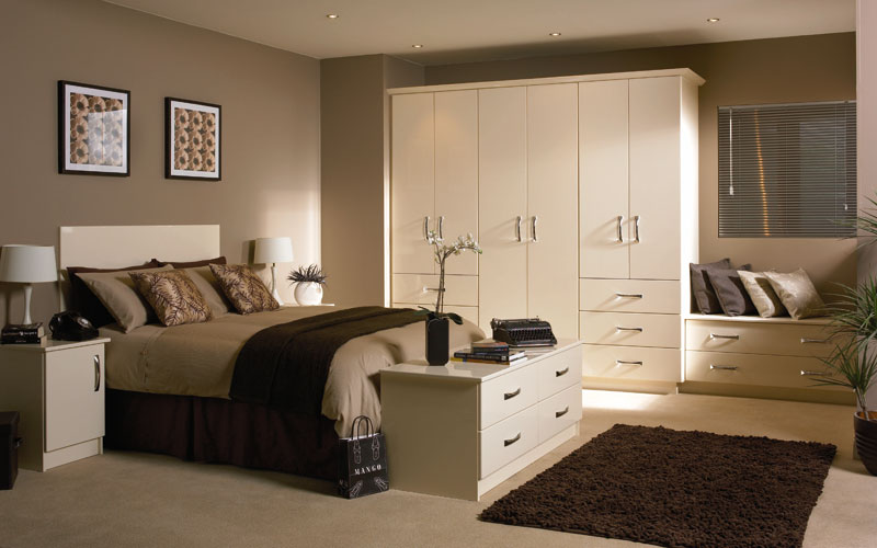 Designer bedroom furniture uk ideas for fitted beespoke for Fitted bedroom designs small rooms